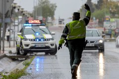 Un agente de la Guardia Civil da el alto a un conductor durante un control establecido en en la salida de Sevilla.