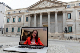 Inés Arrimadas se conecta desde su casa con EL MUNDO a través de videoconferencia en un ordenador situado frente al Congreso de los Diputados.