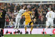 GRAF7435. lt;HIT gt;MADRID lt;/HIT gt;.- El delantero del Manchester lt;HIT gt;City lt;/HIT gt; Gabriel Jesus (2-d) cabecea para marcar ante Sergio Ramos (2-i) y el portero Thibaut Courtois, ambos del lt;HIT gt;Real lt;/HIT gt; lt;HIT gt;Madrid lt;/HIT gt;, durante el partido de ida de los octavos de final de la Liga de Campeones que se disputa este miércoles en el estadio Santiago Bernabéu.