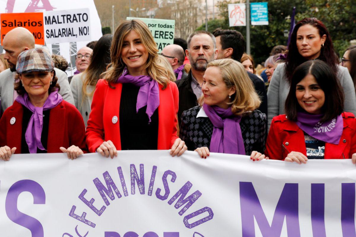 Carmen Calvo, junto a Begoña Gómez y las ministras Nadia Calviño y Carolina Darias, en la manifestación del 8-M.