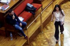 """GRAFCAT2578. BARCELONA.- La acusada lt;HIT gt;Rosa lt;/HIT gt; lt;HIT gt;Peral lt;/HIT gt; (d) se dirige a declarar ante la mirada del otro acusado, su examante Albert López (i), en el juicio por el llamado """"crimen de la Guardia Urbana"""", el homicidio de un agente de la Guardia Urbana de Barcelona, que afronta su recta final con las declaraciones de los dos acusados, compañeros de la víctima e involucrados en un triángulo amoroso, quienes en la instrucción del caso se incriminaron mutuamente."""