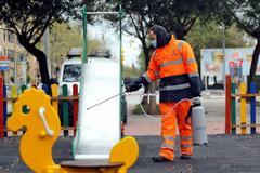 Un trabajador municipal de Alboraya desinfectado un parque infantil, hace unos días.