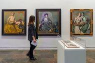 Una visitante recorre la exposición 'Orientalismos' en el IVAM.