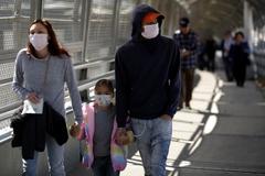 Una familia con mascarillas, en la frontera de El Paso.