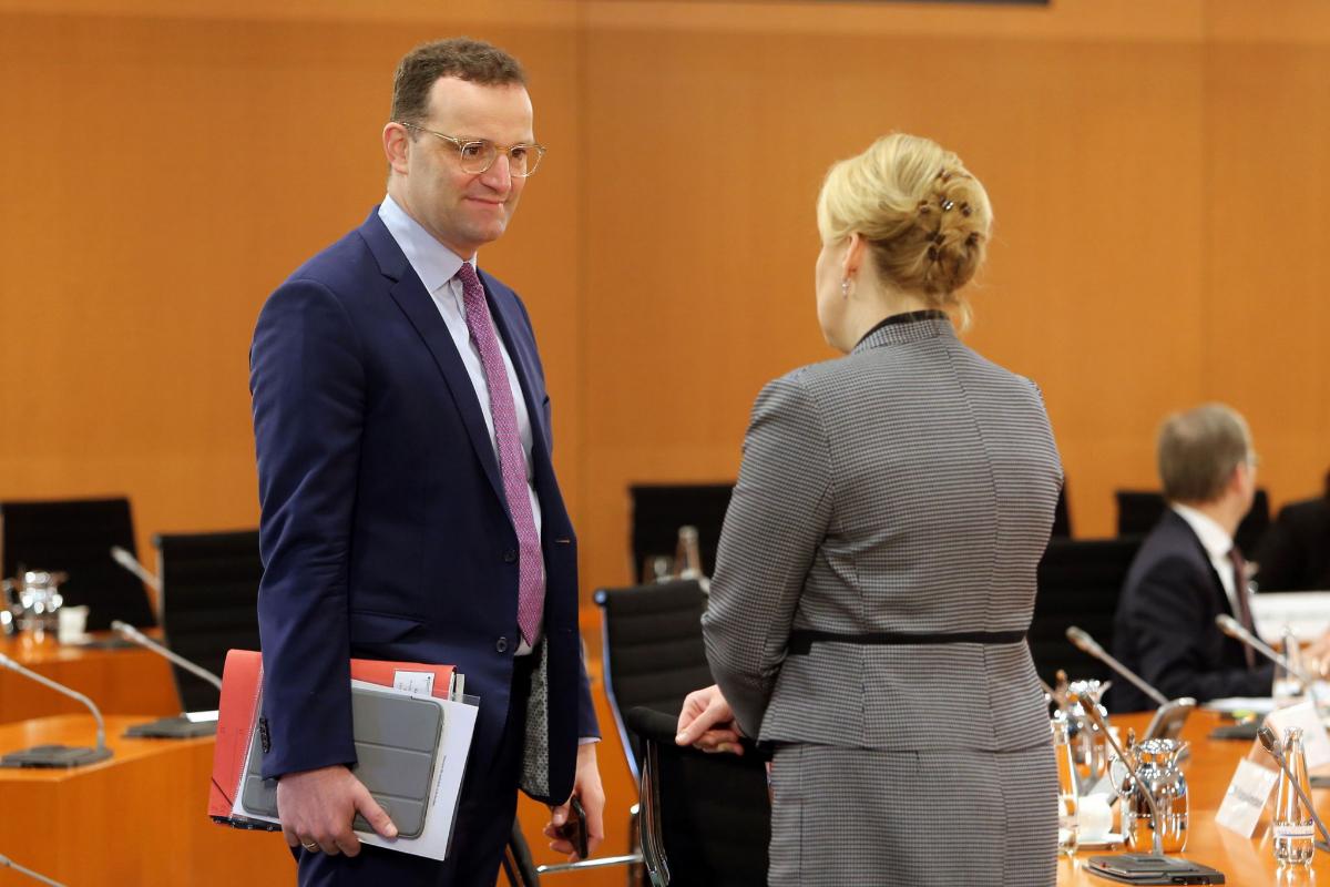 Jens Spahn (Izq.) junto a la ministra de Familia, Franziska Giffey (Der.), durante el Consejo de Ministros esta mañana en Berlín.