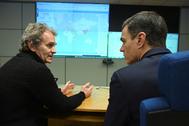 El presidente del Gobierno, Pedro Sánchez, conversa con Fernando Simón.