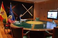 La vicepresidenta Nadia Calviño y el secretario de Estado Roberto Sánchez, el pasado viernes en vídeoconferencia con los operadores.