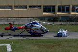 Personal sanitario mueve una camilla hacia un helicóptero medicalizado en el Hospital Emile Muller de Mulhouse, en el este de Francia.