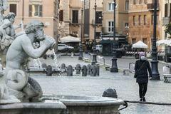 Un hombre con una mascarilla pasea por una Roma desierta.