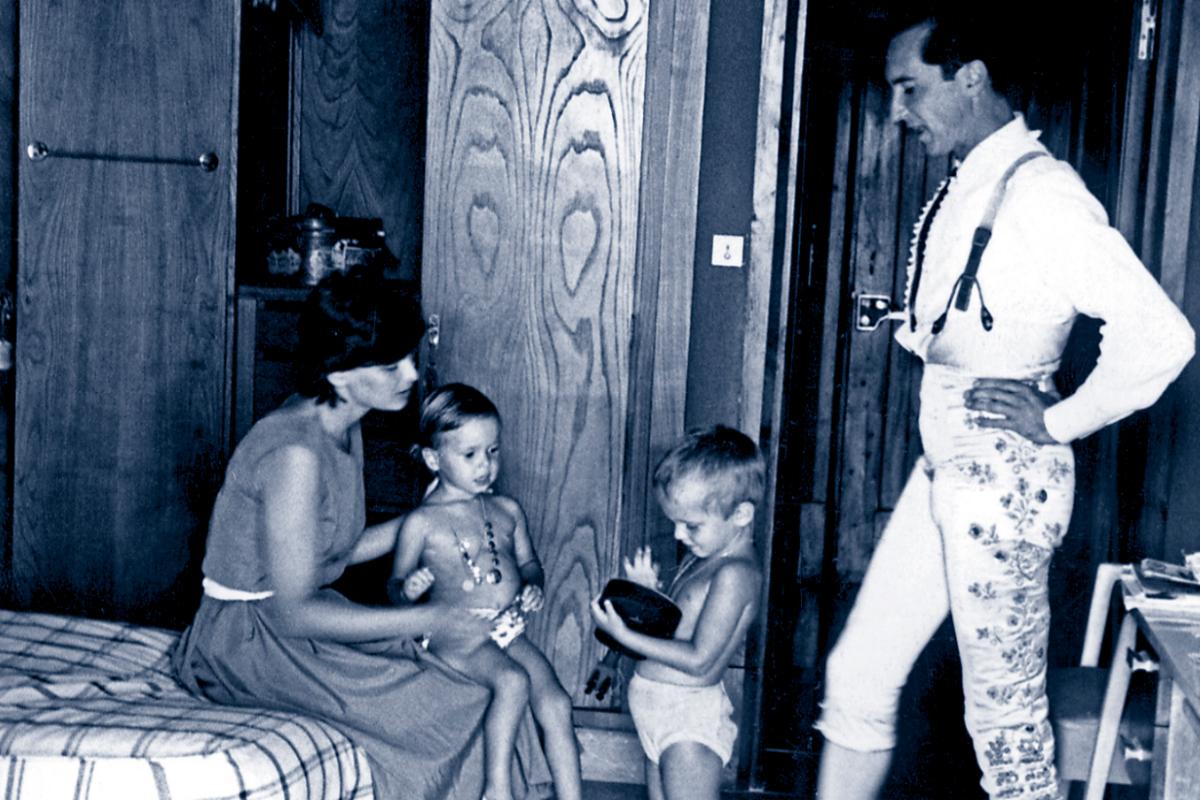 Con su marido, Luis Miguel Dominguín, y sus hijos Lucía y Miguel.