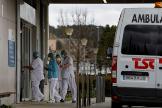 Personal del Hospital de Igualada (Barcelona) donde, al margen del estado de alerta que vive toda España, permanecen en confinamiento.