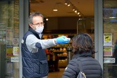 El empleado de un supermercado controla la temperatura de un cliente en Sesto San Giovanni, cerca de Milán.