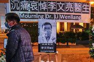 Vigilia por el doctor Li Wenliang, silenciado por el régimen chino tras descubrir el coronavirus.