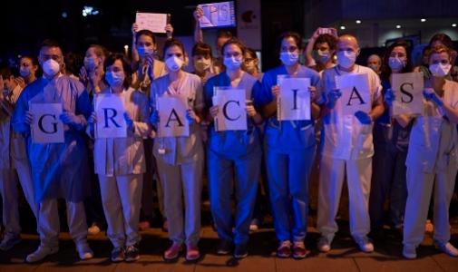 En el Hospital de Navarra, el personal sanitario agradece la labor de la Policía Foral