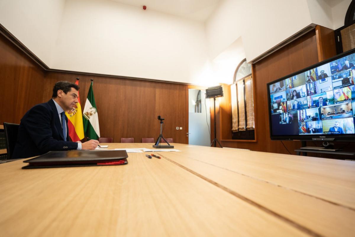 El presidente de la Junta, durante la videoconferencia con Pedro Sánchez y el resto de presidentes autonómicos.