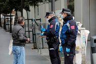 Dos policías municipales en la Gran Vía
