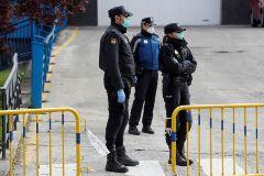 Agentes de Policía a las puertas de la morgue que ha sido instalada en el Palacio de Hielo de Madrid.