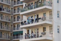 Aplausos desde los balcones para trabajadores de servicios esenciales durante el toque de queda del pasado domingo, en Gurgaon, India.
