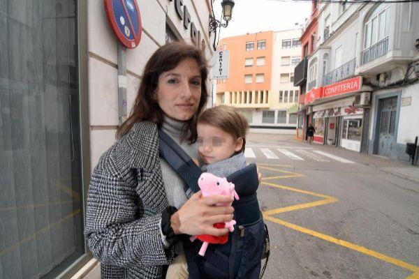 Mariam Carrasco con su hijo en La Línea de la Concepción.