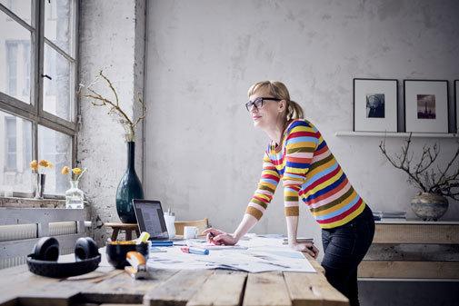 Una mujer trabajando en su salón.