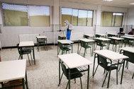 Tareas de desinfección en el colegio Santa Isabel de Marchena (Sevilla). Foto cedida por RTV Marchena.