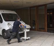 Un operario introduciendo material médico en el hotel Palma Bay, ayer, para montar allí un hospital. ALBERTO VERA
