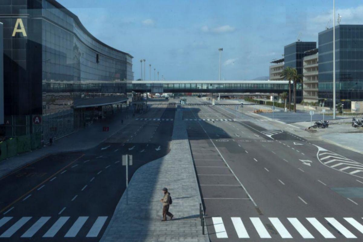 Un hombre camina esta mañana por el exterior de la T2 del Aeropuerto de El Prat de Barcelona