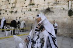 Fieles rezan en el Muro de las Lamentaciones.