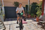 Carolina Marín, en plena sesión de bici estática en su confinamiento en Huelva.