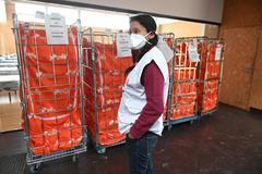 UnaUna trabajadora de Médicos Sin Fronteras, en la instalación de un hospital de campaña en Alcalá de Henares (Madrid).