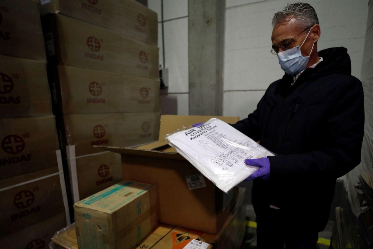 Un operario revisa las cajas del pedido comprado en China por la Comunidad Valenciana