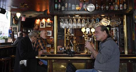 Pubs como Half Way de Estocolmo siguen abiertos estos días.