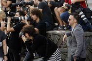 El director Alejandro Amenábar junto a los fotógrafos en la última edición de Zinemaldia.