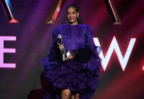 Rihanna recibe el premio de reconocimiento de NAACP a su fundación.