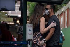 Una pareja se besa antes de subir al Corcovado de Río de Janeiro (Brasil).
