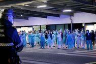 En La Fe de Valencia, profesionales sanitarios y la policía se aplauden por su esfuerzo.