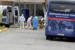 Un momento del traslado de los ancianos enfermos con coronavirus desde la residencia de Alcalá del Valle a La Línea de la Concepción.