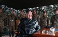 Kim Jong-un junto a sus generales.