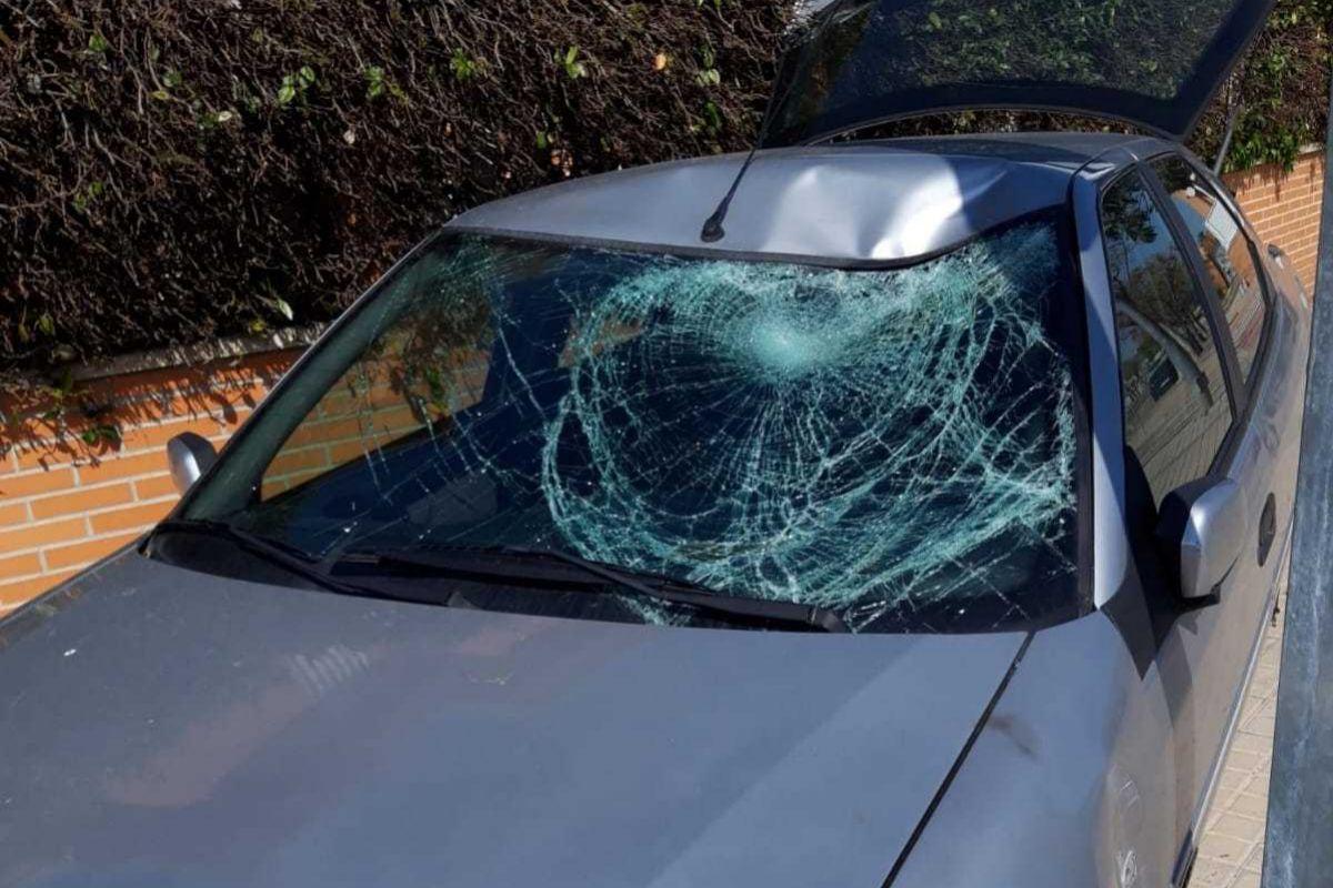 Estado en el que ha quedado el coche que arrolló al agente tras el atropello