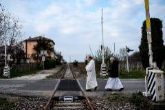 Dos sacerdotes bendicen la localidad italiana de Manta contra el coronavirus