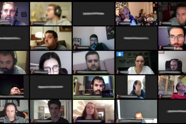 Varios 'makers' trabajando en red desde sus domicilios.