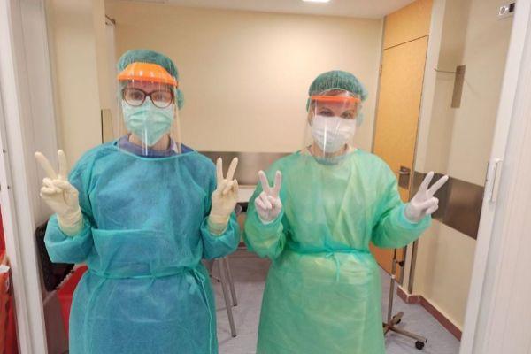 Personal sanitario con las viseras fabricadas por Coronavirus Makers en Murcia.