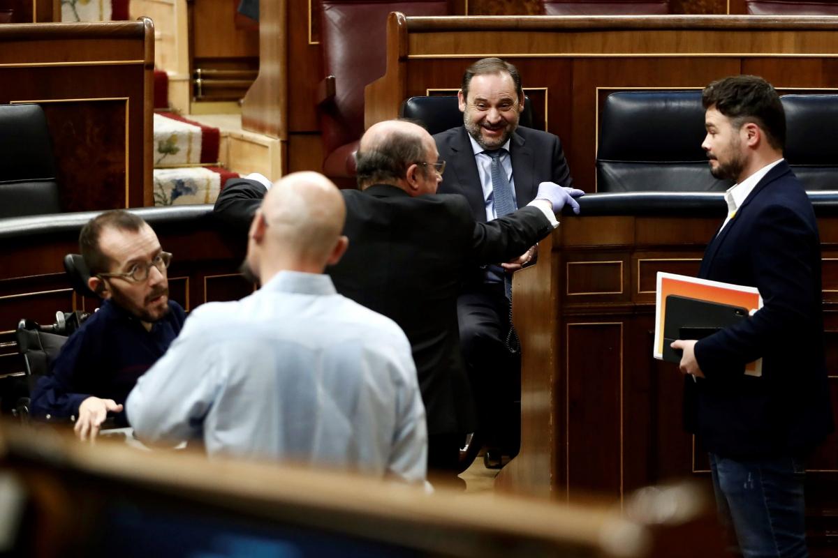 Pablo Echenique (izqda.), José Luis Ábalos (segundo por la dcha.) y Gabriel Rufián (primero por la dcha.), en el Congreso.