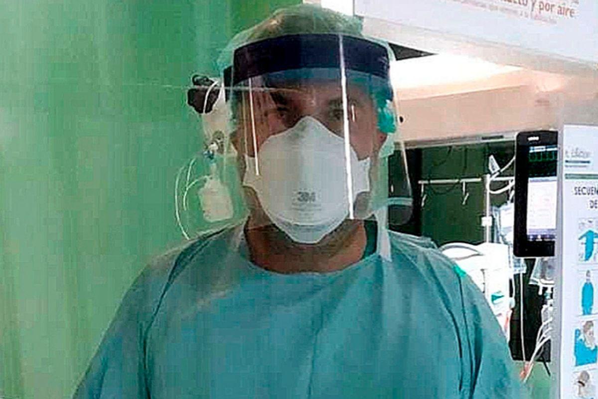 Javier trabaja en una de las unidades de cuidados intensivos.
