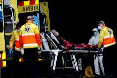 Traslado de un enfermo en el Hospital de Bellvitge.