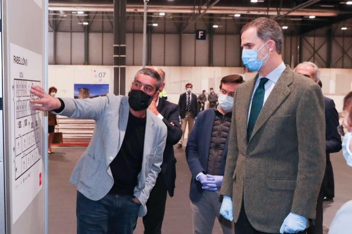 El Rey Felipe VI visita el hospital de Ifema con mascarilla y guantes