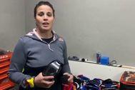 Laia Sanz muestra las gafas donadas.