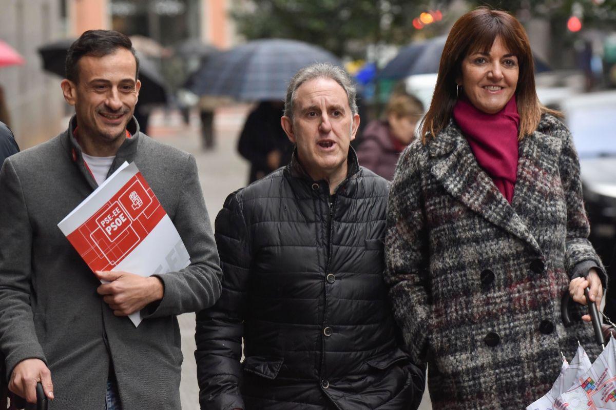 Idoia Mendia junto a Alfonso Gil y Ekain Rico en las inmediaciones de la sede del PSE en Bilbao.