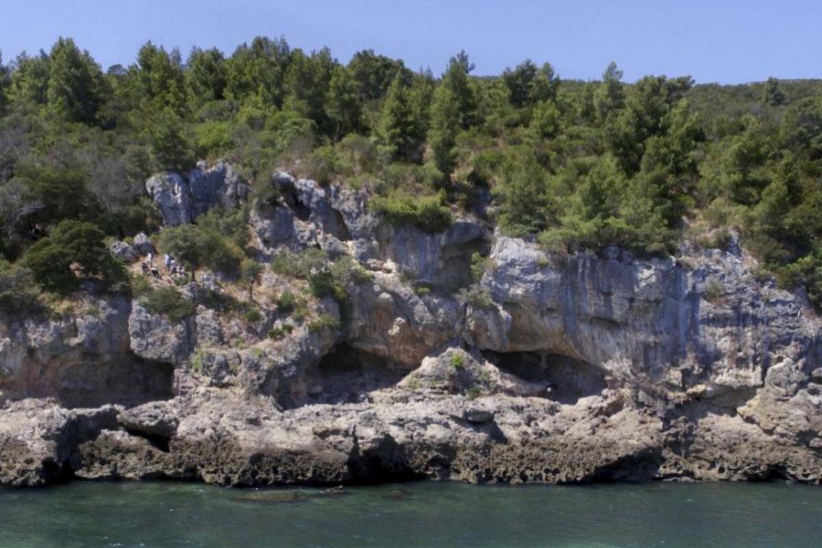 Acceso a las cuevas portuguesas donde vivieron neandertales hace entre 106.000 años y 86.000 años.