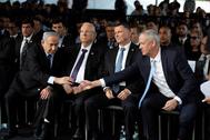 Gantz y Netanyahu se saludan en un memorial, en noviembre de 2019.